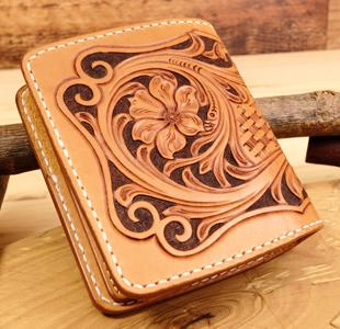 レザーカービングのハーフウォレット:二つ折り革財布